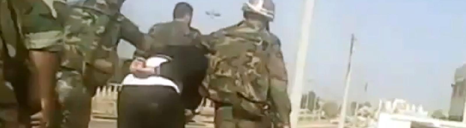Syrische Soldaten bei der Verhaftung eines Mannes in Homs, Screengrab des Shaam News Networks auf Youtube