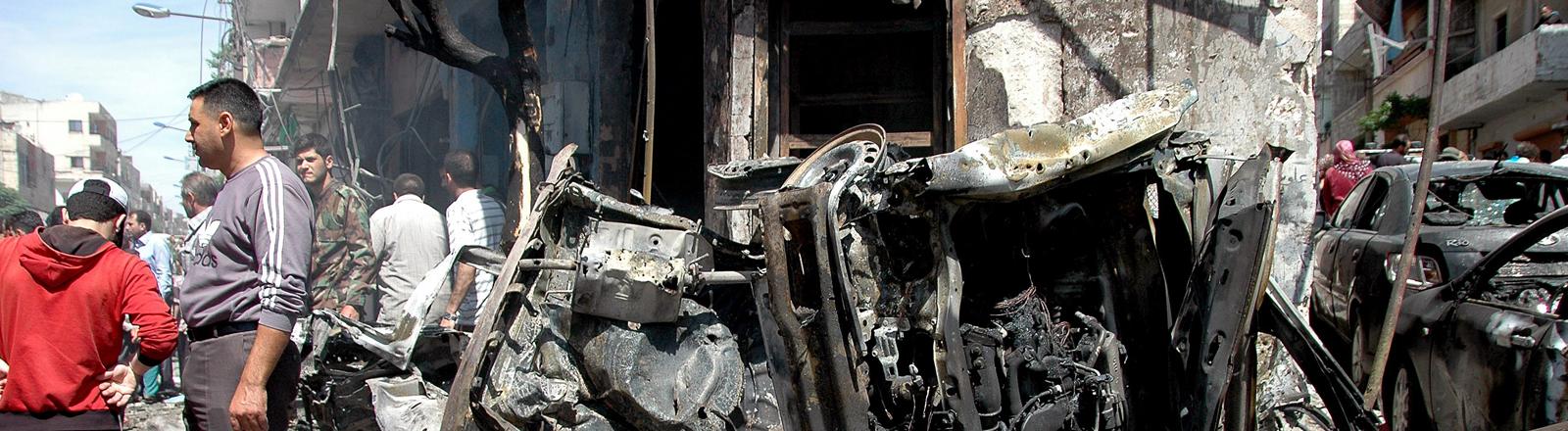 Homs: Nach einem Anschlag in einem von Assads Truppen kontrollierten Viertel.