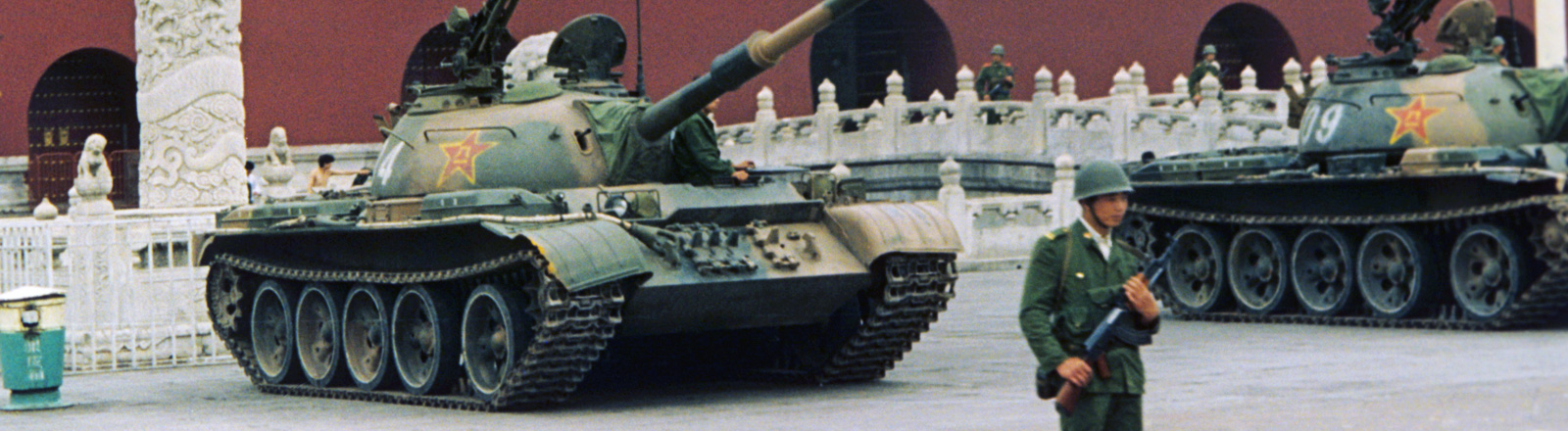 Soldaten und Panzer sichern den Platz des himmlischen Friedens (Tiananmen-Platz) in Peking, China, am 09.06.1989 (picture alliance | AFP)