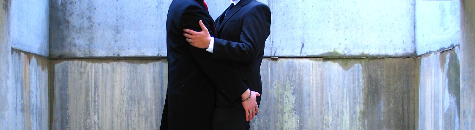 Paar in Business-Kleidung umarmt sich