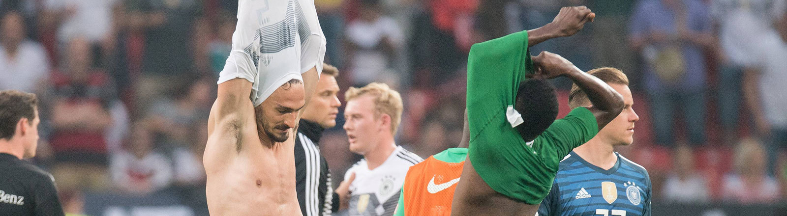 Mats Hummels und Yasir Alshahrani tauschen nach dem WM-Testspiel zwischen Deutschland und Saudi-Arabien ihre Trikots.