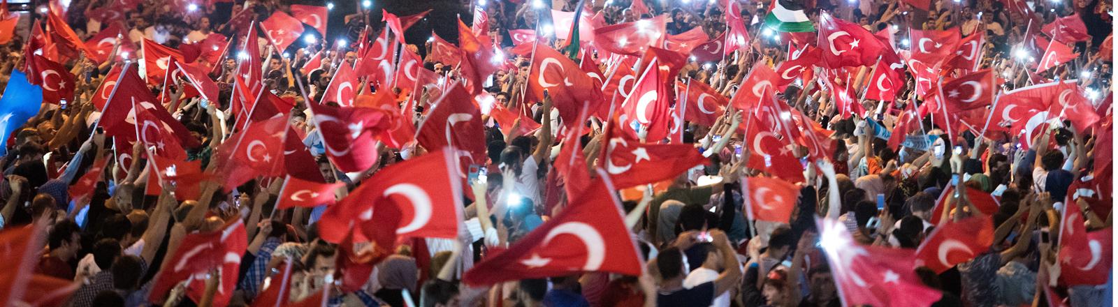 Menschen feiern nach gescheiterten Putschversuch in Istanbul
