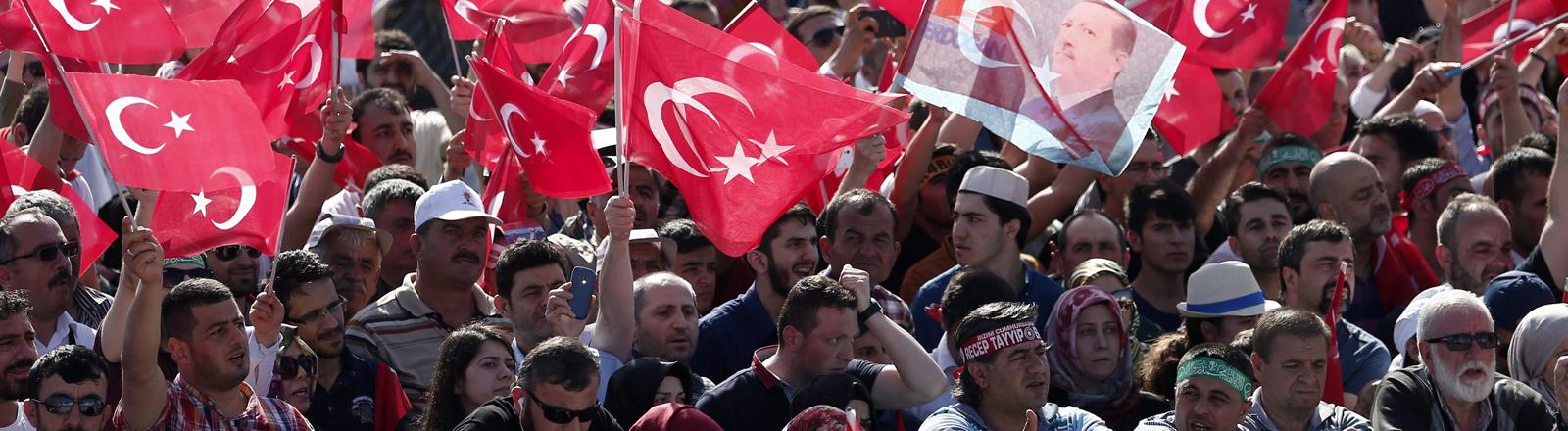 Menschen mit türkischen Flaggen