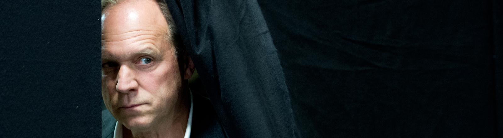 """Zur Vorstellung des neuen HR-Tatort mit dem Arbeitstitel """"Butterfly - Im Schmerz geboren"""" stellt der Hessische Rundfunk am 24.06.2013 in Frankfurt am Main den Schauspieler Ulrich Tukur in der Rolle des Felix Murot vor (dpa)."""
