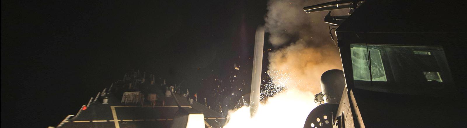 Die USS Ross feuert Tomahawk-Raketen ab - Foto veröffentlicht von der US Marine am 07.04.2017