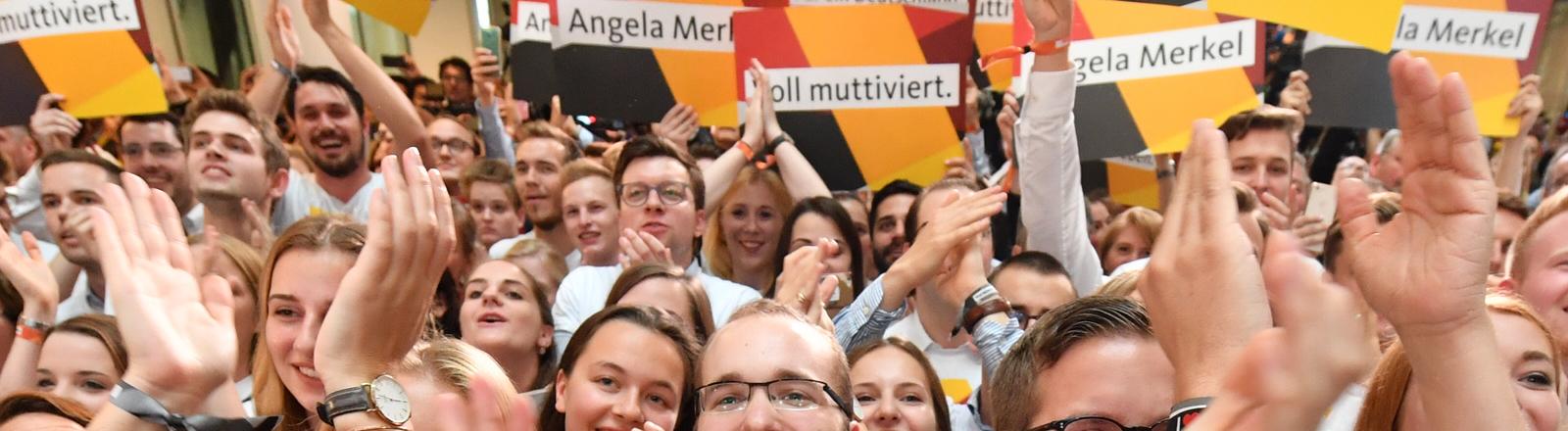 Anhänger der CDU feiern nach dem Wahlsieg der CDU bei der Bundestagswahl 2017