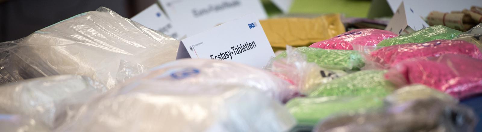 Beschlagnahmte XTC-Tabletten bei der Polizei.