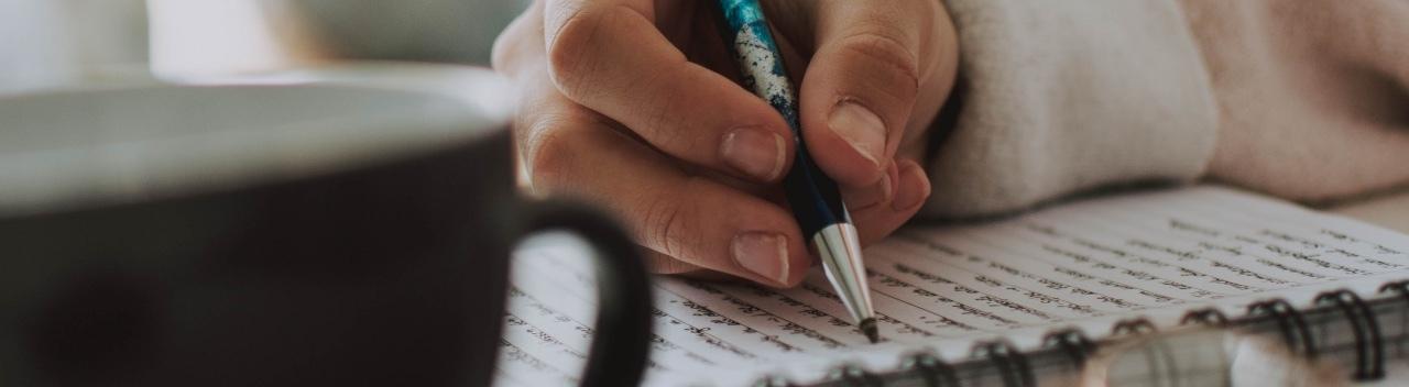 Eine Hand mit einem Stift schreibt