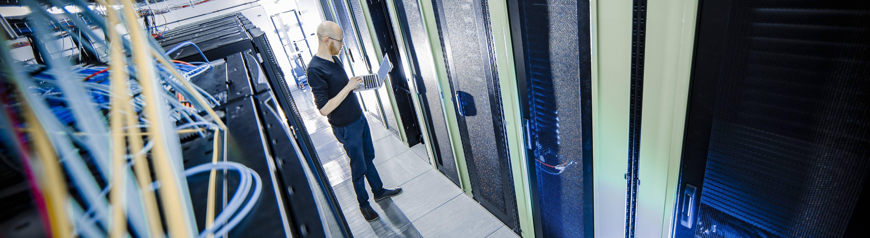 Kabel und LED Leuchten eines Servers im Rechenzentrum. Berlin, 12.01.2018.