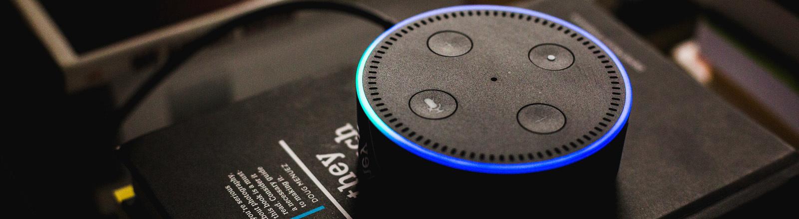 Smartspeaker Amazon Alexa leuchtet