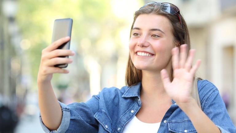 Junge Frau beim Video-Chat
