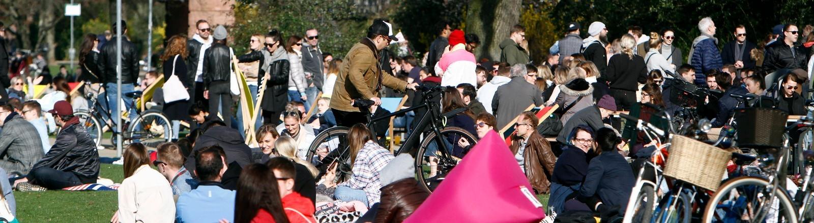 Menschenmassen in einem Frankfurter Park