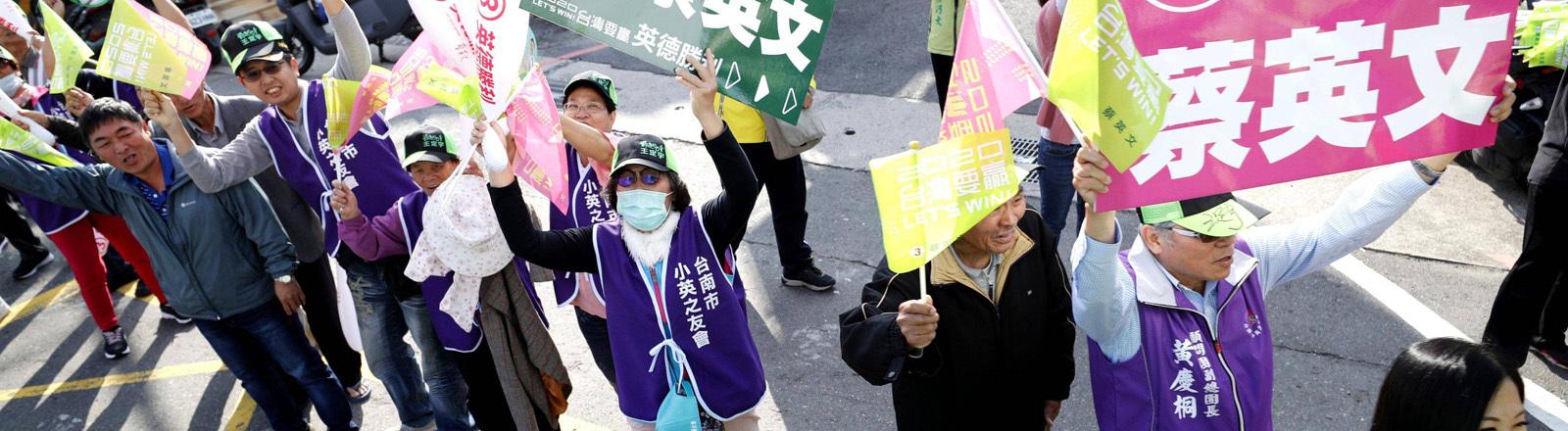 Demonstranten in Taiwan mit bunten Schildern
