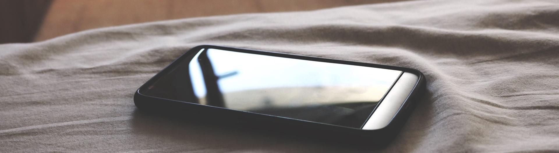 Smartphone auf dem Bett