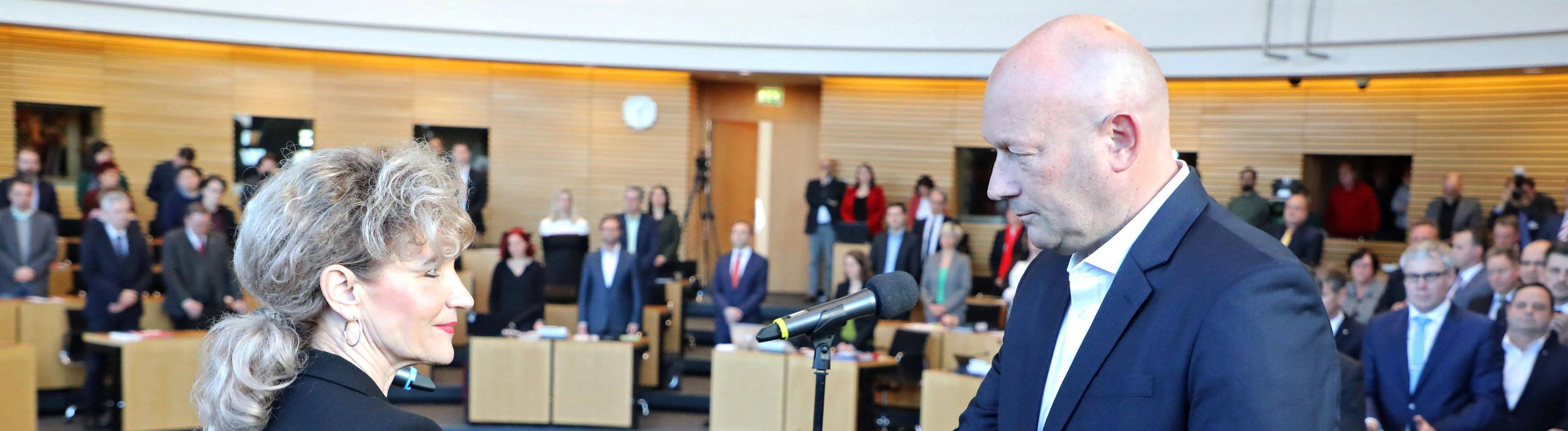 Wahl des neuen Ministerpräsidenten Thüringen. Wahl des neuen Ministerpräsidenten Thüringen am 05.02.2020 im Thüringer Landtag in Erfurt. Birgit Keller ( Die Linke ) vereidigt Thomas L. Kemmerich ( FDP ), den neu gewählten Ministerpräsidenten in Thüringen.