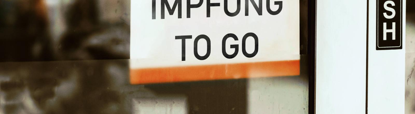 Covid-19-Impfangebotsschild an einer Eingangstür