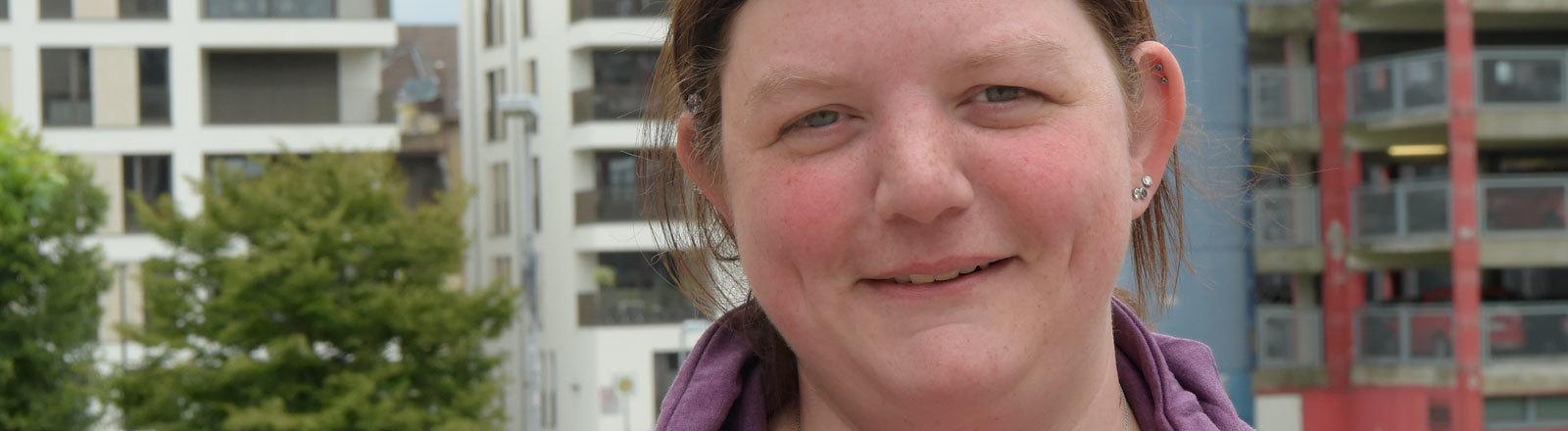 Esther Hasenbeck, Krankenpflegerin im Universitätsklinikum Essen, steht vor dem Landtag in Düsseldorf. In den deutschen Krankenhäusern fehlen nach Verdi-Berechnungen rund 80 000 Krankenpfleger. 18.06.2018