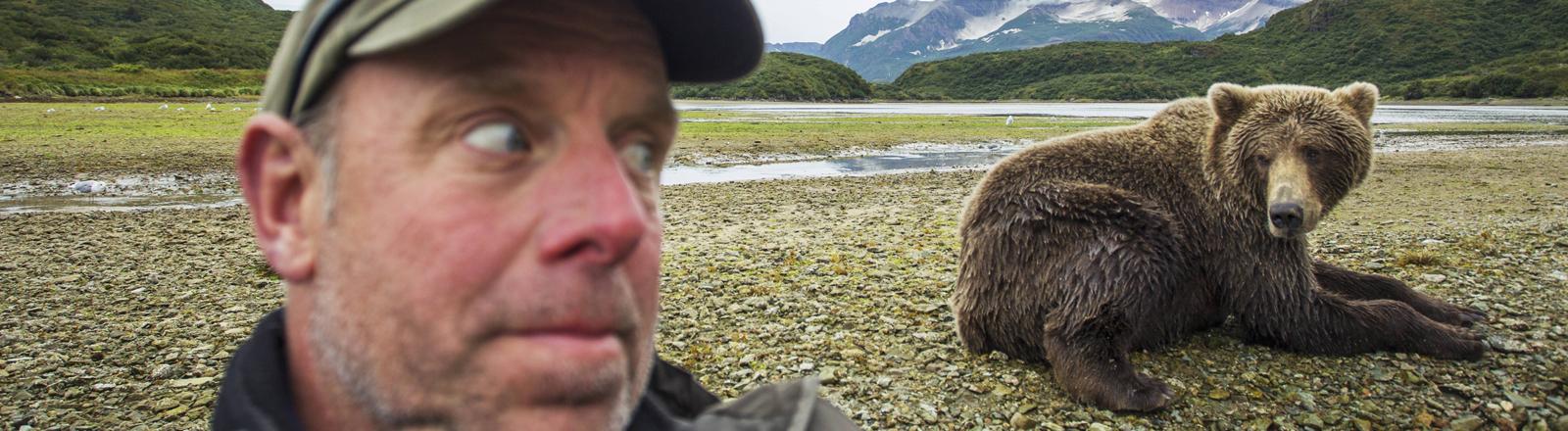 Mann macht ein Selfie mit einem Grizzlybären in Alaska
