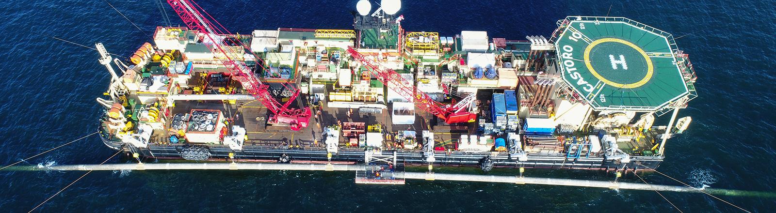 Auf einer Plattform am Pipeline-Verlegeschiff «Castoro 10» vor der Südostspitze der Insel Rügen arbeiten Fachleute an der Verbindung zwei bereits im Vorjahr verlegter Leitungsstücke der Ostsee-Erdgaspipeline Nord Stream 2.