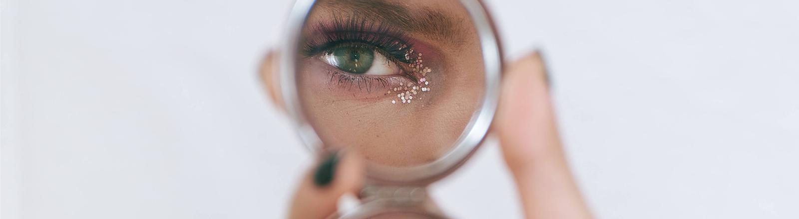 Queermensch im Spiegel (Symbolbild)