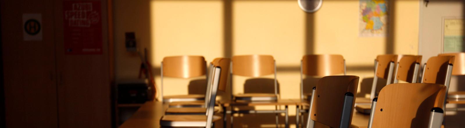 Hochgestellte Stühle in einem leeren Klassenzimmer