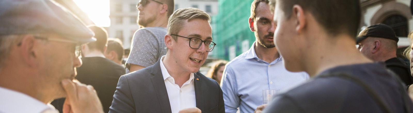 CDU-Bundestagabgeordneter Philipp Amthor im Gespräch mit Besuchern einer Wahlkampveranstaltung.