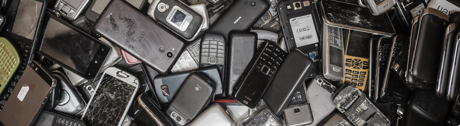 Alte Telefone in einer Lagerhalle im belgischen Beringen, aufgenommen im Juli 2018