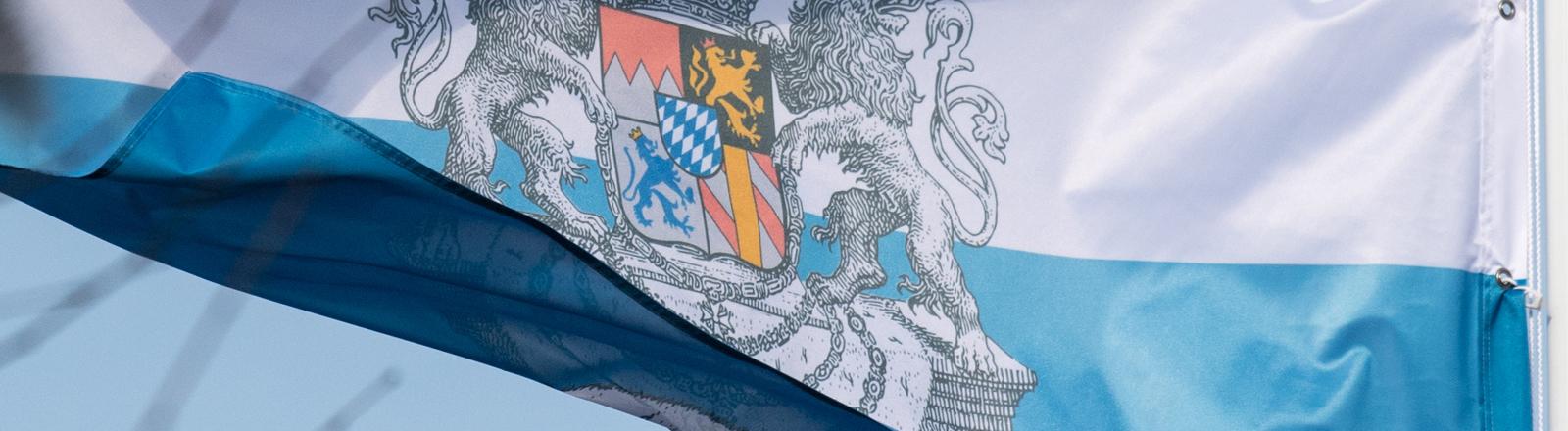 """Eine Flagge mit dem Wappen der Reichsbürgergruppierung vom """"Bundesstaat Bayern"""" weht am 07.02.2017 auf einem Wohnhaus in Pliening"""