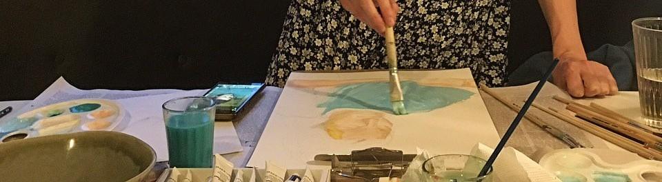 Eine Frau malt ein Bild