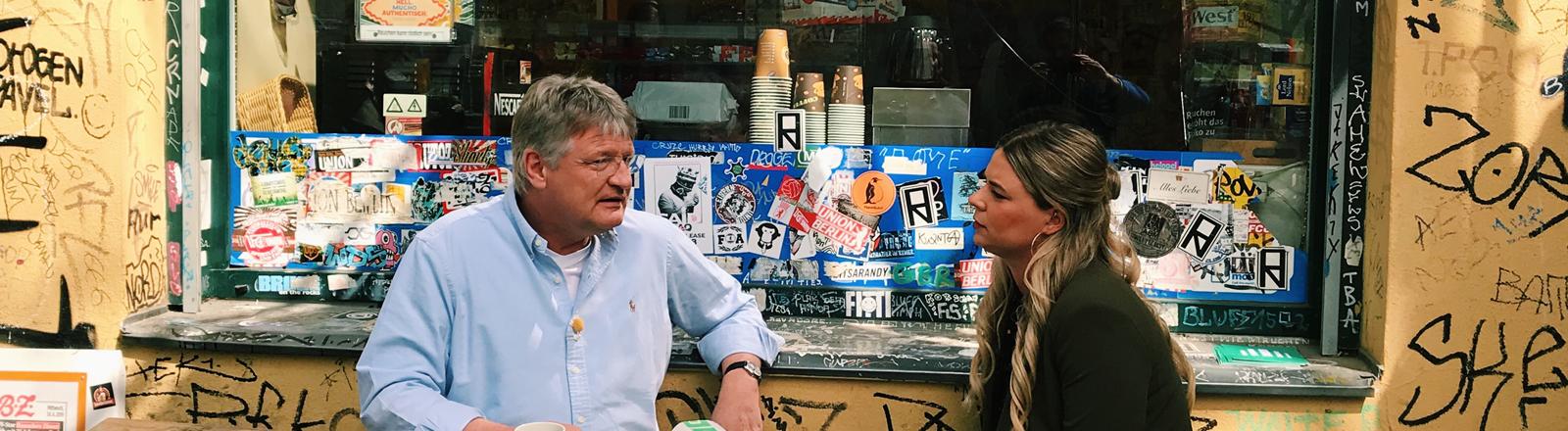 Der AfD Politiker Jörg Meuthen im Gespräch mit Rahel Klein vor einem Berliner Späti