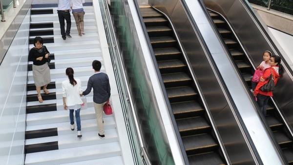 Fußgänger auf der Piano-Treppe in Hangzou. Die Treppe klingt, wenn man sie betritt. Durch diese Spielerei sollen Menschen animiert werden die Stufen zu nehmen an Stelle der Rolltreppe.