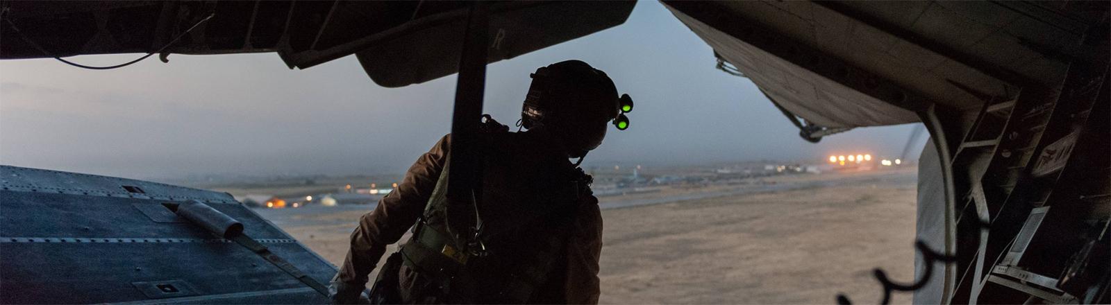 In Afghanistan: Bundeswehrsoldat sitzt am im Juli 2017 auf dem Flug von Camp Marmal der Bundeswehr bei Mazar-e Sharif in Afghanistan nach Camp Shaheen auf der Ladefläche eines Helikopters.