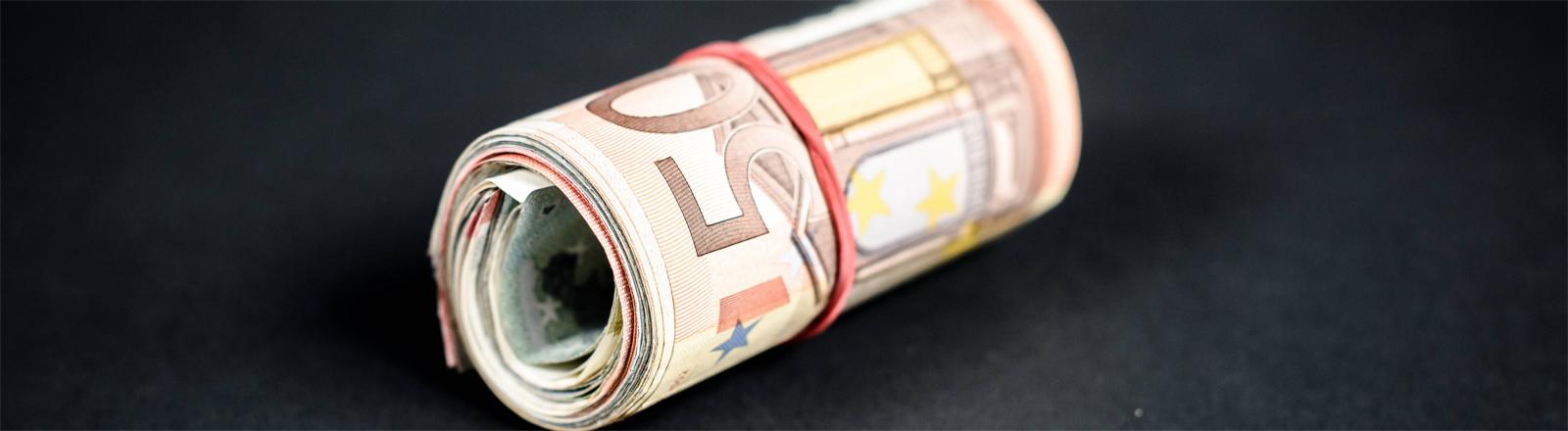 Bündel mit gerollten Euroscheinen