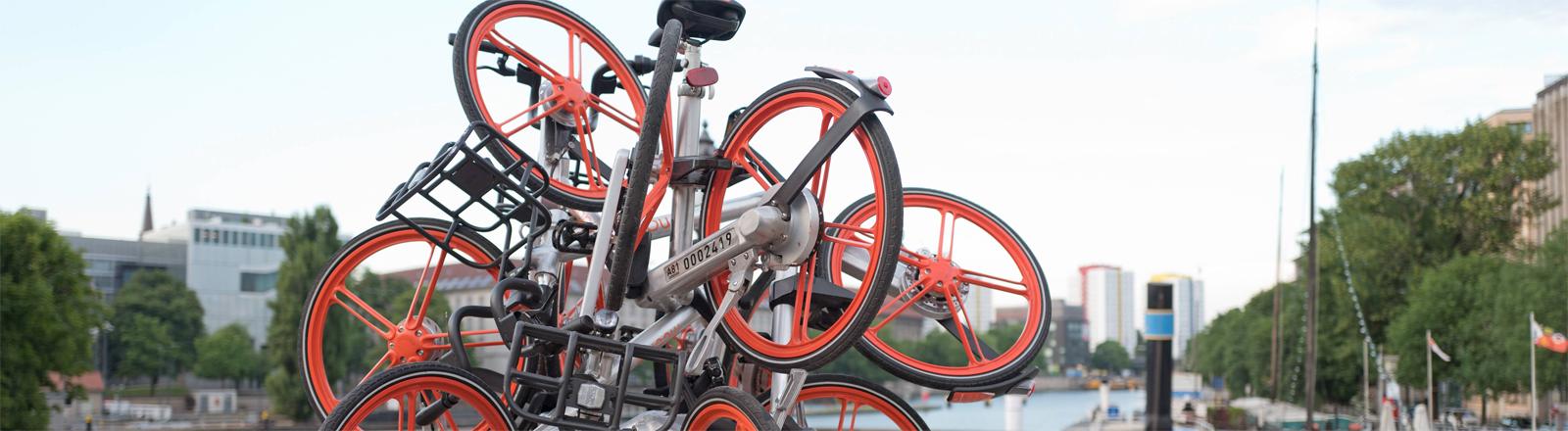 Skulptur aus Leihrädern auf der Inselbrücke in Berlin
