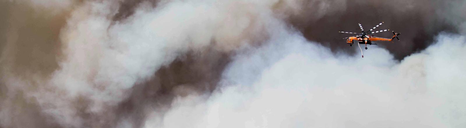 Waldbrandbekämpfung mit dem Hubschrauber in Kalifornien im November 2018