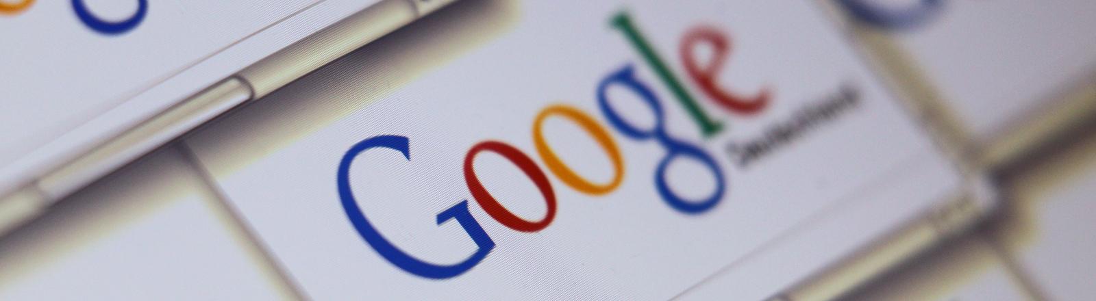 Mehrere Webseiten der Internet-Suchmaschine Google aufgenommen am 14.05.2014 auf einem Bildschirm in Kaufbeuren (Bayern).