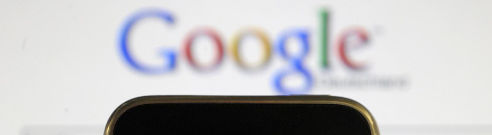 Auf dem Display eines iPhones ist die Startseite von Google Deutschland darstellt, aufgenommen am 19.03.2010.