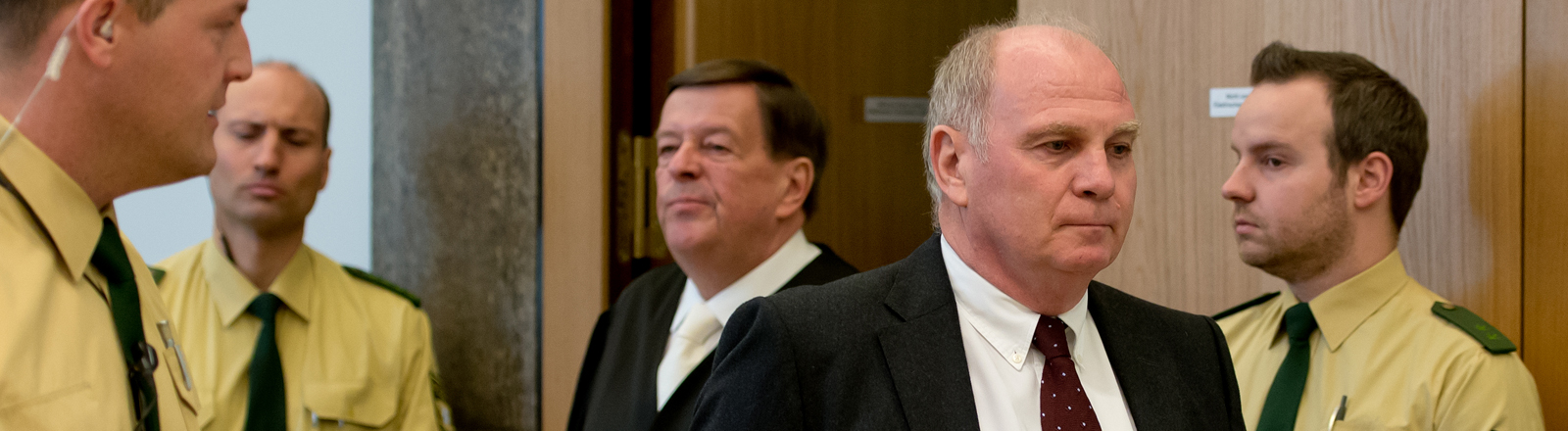 Der Präsident des FC Bayern München Uli Hoeneß (2er v.r) betritt zusammen mit seinem Anwalt Hanns W. Feigen (M), am 10.03.2014 als Angeklagter den Gerichtssaal im Landgericht München II (Bayern).