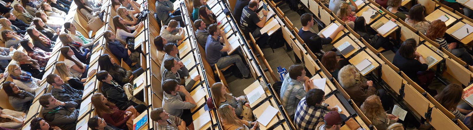 793 Studenten sitzen am 10.04.2014 bei der Erstsemesterbegrüßung am Campus Koblenz der Universität Koblenz-Landau in Koblenz-Rheinland-Pfalz im großen Hörsaal.