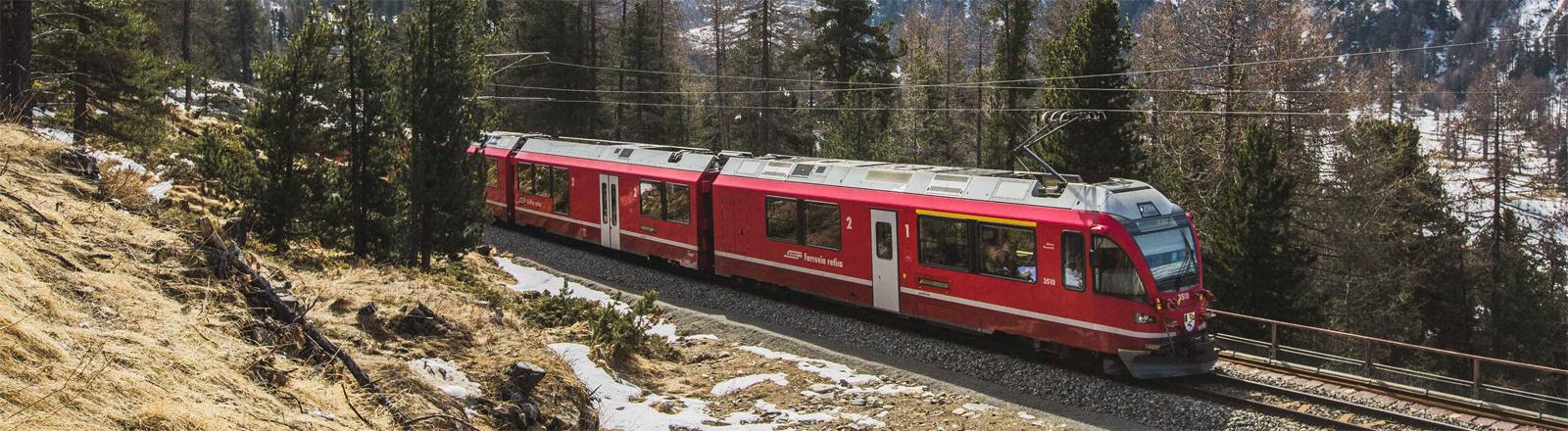 Über die Alpen mit der Bahn: der Berninaexpress in den Schweizer Alpen