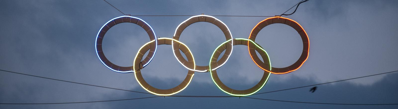Bunt leuchten am 16.03.2015 in Berlin die Olympischen Ringe am Olympiastadion.