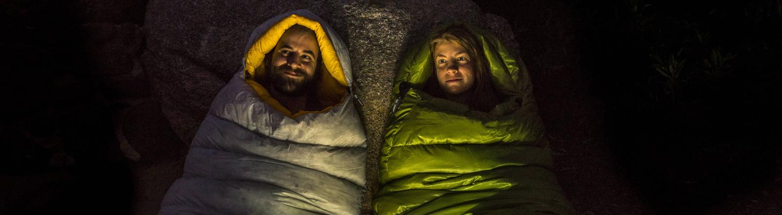 Paar in Schlafsäcken