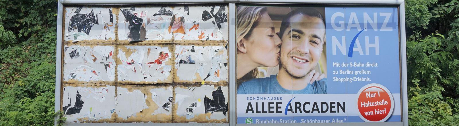 Plakate am Berliner S-Bahnhof Prenzlauer Allee im Jahr 2013