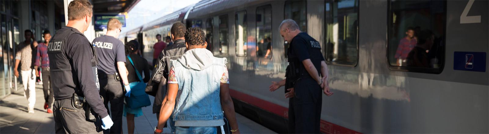 Kontrolle von Flüchtlingen im Bahnhof Rosenheim im August 2015