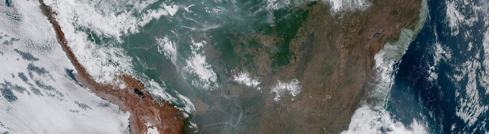 Aus dem Weltall sichtbar: Wolken und Rauchschwaden über Südamerika