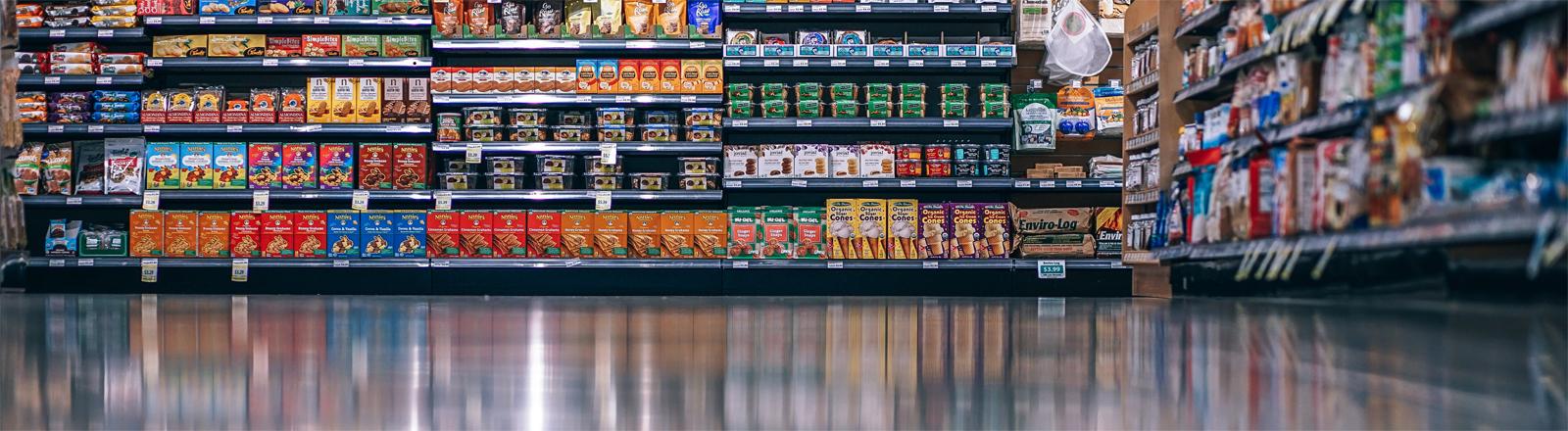 Lebensmittel in einem Supermarkt-Regal