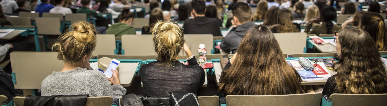 Studierende der Universität Mainz im Hörsaal