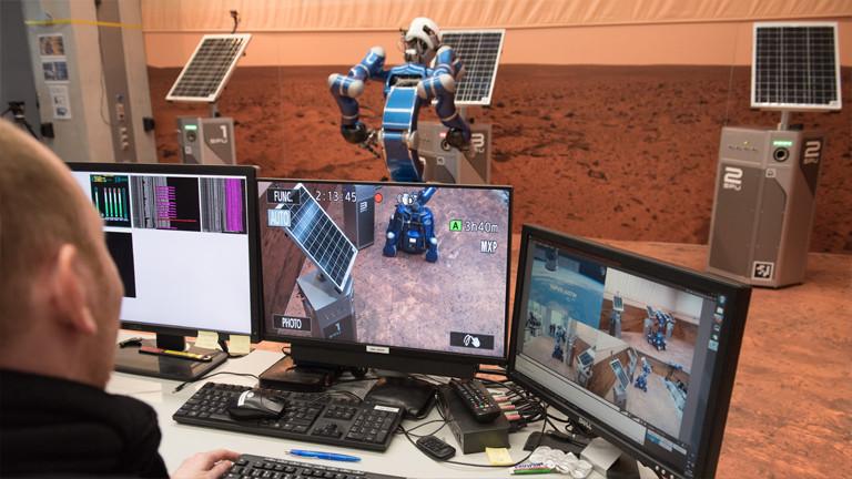 Monitore zeigen den Ablauf des Tests