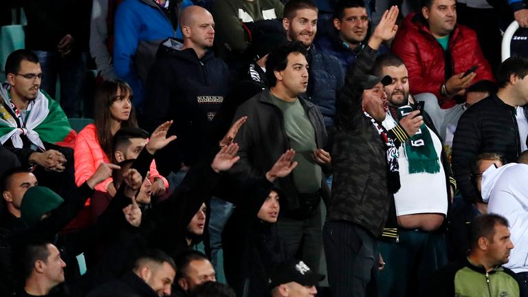 Bulgarische Fußballfans zeigen während des EM-Qualifikationsspiels zwischen England und Bulgarien in Sofia den Hitlergruß. (14. Oktober 2019)
