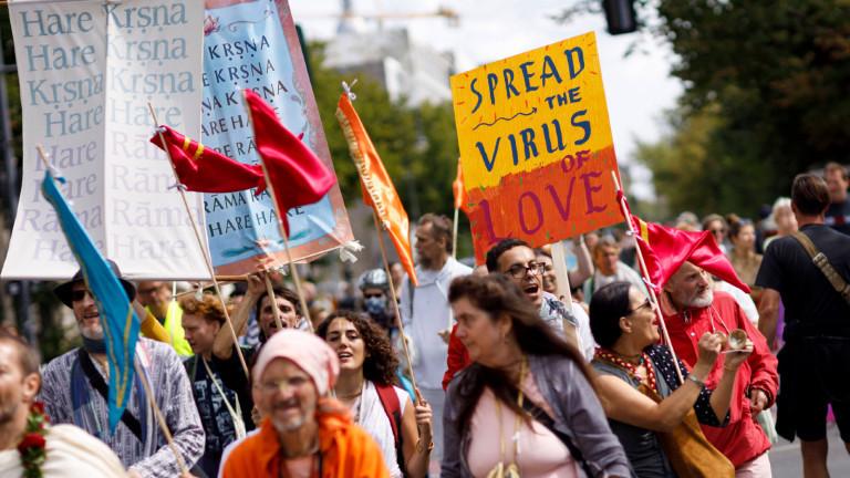 Anhänger der Hare-Krishna-Bewegung mit Bannern bei der Anti-Corona-Demo in Berlin.